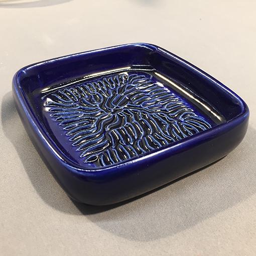 Beispielbild1_Keramikreibe_Haushalt_blau
